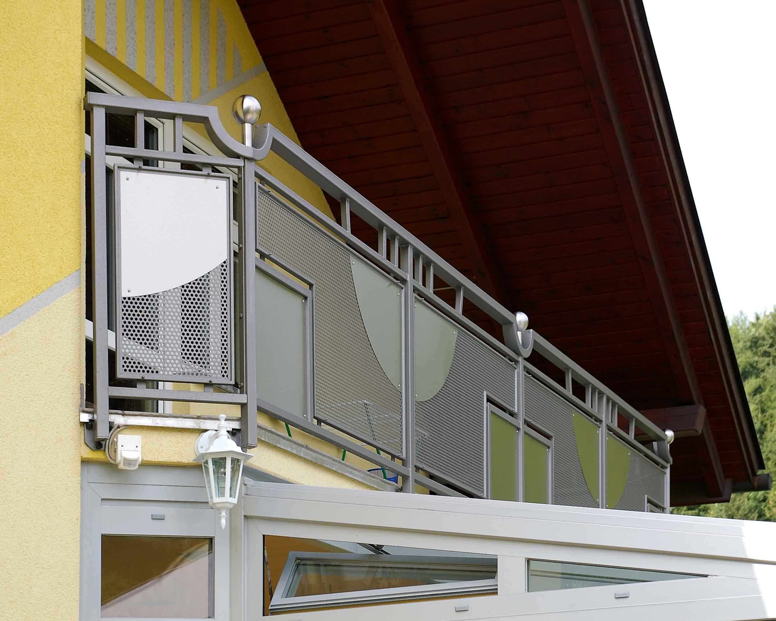 gl1127 balkongelaender lochblech oben schraeg. Black Bedroom Furniture Sets. Home Design Ideas